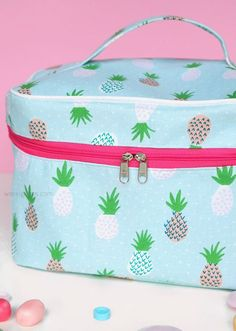 Reiseapotheke | Kosmetikkoffer | selbernaehen | apotalblogger | waseigenes.com One Bag, Couture, Sewing Hacks, Pineapple, Lunch Box, Bags, Summer, Clothes, Coin Purses