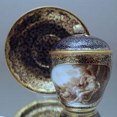 Meissen um 1800: Deckeltasse mit mythologischer Szene Kobalt Tasse Marcolini cup, lidded cup, cobalt blue, 1800, mythology, sleeping goddess of war Bellona, cupid, grisaille