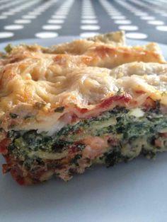 Miam les lasagnes ... J'avais des épinards surgelés, du saumon et de la ricotta ... c'est parti ! pour 4 pers 7 pp / pers - 400 g d'épinard surgelés - 150 g de saumon frais - 90 g de ricotta -30 g de gruyère râpé -1 boite de tomates pelées -1 oignon -8...