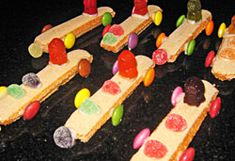 Finger Biscuit Racing Cars for school birthday (fruit kebabs finger foods) Jelly Tots, Jelly Babies, Kids Party Treats, Party Snacks, Easy Birthday Desserts, Market Day Ideas, Fruit Kebabs, Toddler Snacks, Baking With Kids
