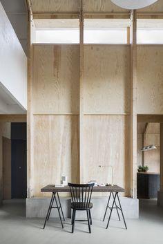 Dit huis in Zweden ziet er van buiten niet speciaal uit, maar als je de binnenkant ziet zul je je verbazen. Een prachtige woonruimte en werkplek in één!
