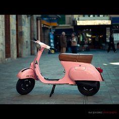 Fun little pink Vespa Pink Vespa, Vespa Girl, Scooter Girl, Go Karts, Motor Scooters, Vespa Scooters, Fiat 500, Vespa Motorcycle, Bike