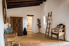 Gallery: taste the luxurious atmosphere - Hotel Ibiza Can Sastre Wabi Sabi, Mykonos, Tulum, Luxury Interior, Interior Styling, Cozy Bar, Hotel Ibiza, Old Farm Houses, Large Bathrooms