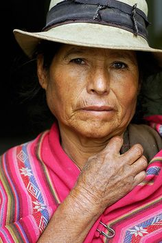 I love the the strength in her face. Quechua woman, Sucre, Bolivia - faces of the people We Are The World, People Around The World, Around The Worlds, Beautiful World, Beautiful People, Fotografia Social, Equador, Portraits, Jolie Photo