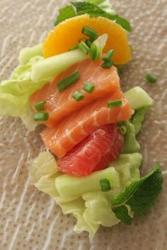 Rouleaux de printemps au saumon cru et aux agrumes Raw Food Recipes, Asian Recipes, Vegetarian Recipes, Snack Recipes, Cooking Recipes, Healthy Recipes, Ethnic Recipes, Healthy Food, Sushi Co