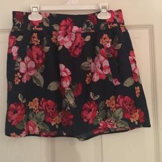 Hollister floral skirt Skirt is Hollister and has side pockets Hollister Skirts