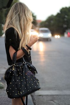 Cartera con tachas.. this means something about a studded purse