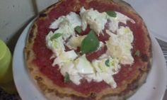 Pizza pomodoro, bufala, basilico