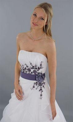 Brautkleid mit lila schleife