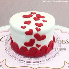white and red cake Cake Decorating Frosting, Cake Decorating Designs, Creative Cake Decorating, Cake Decorating Videos, White Fondant Cake, Red Cake, Fondant Cakes, Cupcake Cakes, White Birthday Cakes