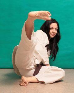 Female Martial Artists, Martial Arts Women, Girl Soles, Female Pose Reference, Karate Girl, Barefoot Girls, Female Fighter, Art Women, Windsor Castle