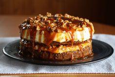 """Bloggeren bak """"Det søte liv"""" elsker å bake med høstens frukt og bær, men ingenting slår en saftig gulrotkake med ostekrem og salt karamellsaus. Carrot Cake, Let Them Eat Cake, Carrots, Food And Drink, Pudding, Sweets, Candy, Snacks, Baking"""
