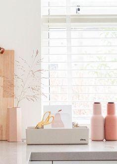 De Scandinavische woonstijl gaat perfect samen met lichtroze. Deze pasteltint straalt warmte en rust uit, waardoor hij mooi mengt met de rest van je interieur. Speel met de kleur door woonaccessoires of verf een kleine muur in deze kleur. Nieuwsgierig naar de rest van dit interieur? Klik dan verder naar het huis van Mariët! #Scandinavischekeuken #interieurinspiratie #interieurtips #interieurideeen #pastelkleur