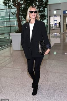 Moss be glamorous: Kate Moss transformed the terminal into a catwalk in a black blazer and a dazzling clutch bag as she jetted out of South Korea on Saturday Moss Fashion, Star Fashion, Retro Fashion, Fashion Outfits, Estilo Kate Moss, Kate Moss Style, Casual T Shirts, Female Models, Catwalk