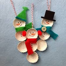 25 Cool Snowman Crafts for Christmas - - Bottle cap snowman ornaments. Add charm to any Christmas tree or gift box, and make charming and thoughtful holiday presents for friends and family members. Christmas Crafts For Kids, Christmas Snowman, Christmas Projects, Holiday Crafts, Holiday Fun, Christmas Ideas, Snowman Crafts, Snowman Ornaments, Diy Christmas Ornaments