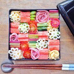 見た目も華やかな「モザイク寿司」をご存知ですか?さまざまな具材が、モザイク状に飾られたお寿司のことで、とってもきれいでかわいいと、いまインスタを中心に人気になっているんですよ。今回は、上手にモザイク寿司を作るコツをご紹介します!