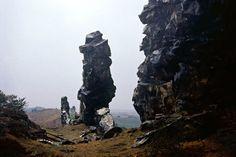 Die Teufelsmauer im Harz, ein Felskamm zwischen Thale und Weddersleben, wurde bereits 1852 unter Naturschutz gestellt.