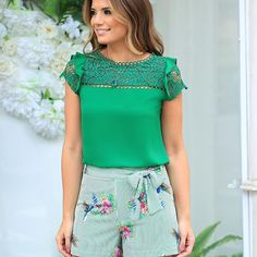 Stylish green blouse with cute embroidered shorts Casual Outfits, Fashion Outfits, Fashion Tips, Look Con Short, Conservative Fashion, Shorty, Trendy Tops, Casual Street Style, Blouse Styles