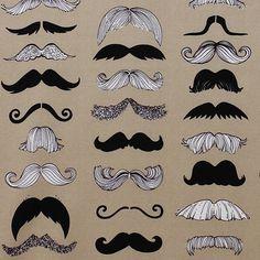 Man trägt wieder Schnurrbart! Schnurrbärte in allen Variationen findest Du auf diesem außergewöhnlichen Stoff von Alexander Henry. Die Bärte sind zwis