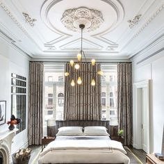 Streamlined furnishings and contemporary lighting contrast with the ornate architectural details of this East Village, New York, brownstone bedroom by Drew McGukin. Photo by Brett Beyer Transitional Bedroom, Transitional House, Transitional Lighting, Home Staging, Contemporary Home Decor, Contemporary Curtains, Interior Exterior, Ceiling Design, Ceiling Detail