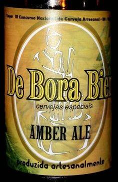 Cerveja De Bora Bier Amber Ale, estilo American Amber Ale, produzida por De Bora Bier, Brasil. 5.5% ABV de álcool.