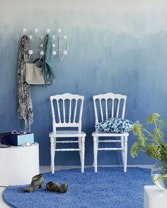 Tudo azul todo mundo blue  Se a ideia é um espaço para relaxante essa é a cor perfeita! E olha que ideia diferente para dar um up na sua parede!! Amamos e vocês?  Produtos: - Cadeira Dior Resina Branca - Tapete Shaggy Tufting Charmin 200 Redondo Royal - Cabideiro Charles Eames Hang it All Branco - Conjunto de Mesas de Centro Set Circle  #produçãocasamobly #casamobly #moblybr #mobly #lar #home #design #inspiration #decor #decoration #homedecor #casa #decoracao #inspiracao#homedecoration…