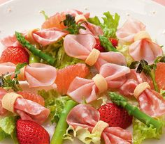 Салат «Бантики»  Этот лёгкий салат  идеально подходит для ужина при свечах или для детского праздника. Готовится он за считанные минуты, но никого не оставит равнодушным к такой красоте!