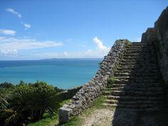 勝連城跡に続く、階段と海。