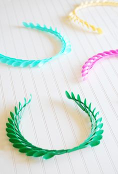 Plastic Spoon Laurel Wreaths - fun olympics craft to make with the kids. DIY party or holiday decorations or kid's craft ideas. Plastic Spoon Crafts, Plastic Spoons, Spoon Wreath, Diy For Kids, Crafts For Kids, Olympic Idea, Olympic Crafts, Crafts To Make, Diy Crafts