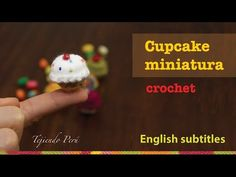 Cupcakes miniatura tejidos a crochet... This video includes English subtitles :)
