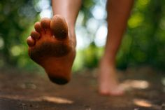 Laufen mit Minimalschuhen: Australische Forscher untersuchten, ob Minimalschuhe den Laufstil wie beim Barfußlaufen prägen, oder eher wie normale Laufschuhe wirken.