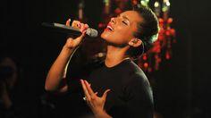 Alicia Keys Performs for Hurricane Sandy Volunteers - Lovee her hairstyle