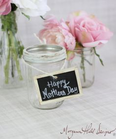Mason Jar Vase with Chalkboard Sign Mothers Day Gift. via Etsy. Chalkboard Paint, Chalkboard Signs, Chalkboard Ideas, Black Chalkboard, Chalkboards, Mason Jar Vases, Mason Jar Diy, Mothers Day Decor, Happy Mothers Day