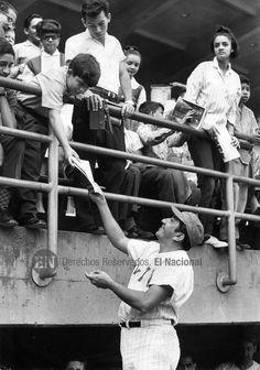 Simón Díaz, poeta y cantautor venezolano, nacido en Barbacoa, estado Guárico. En sus tiempos libres se dedicaba al béisbol. Caracas, 22-03-1965 (ARCHIVO EL NACIONAL)