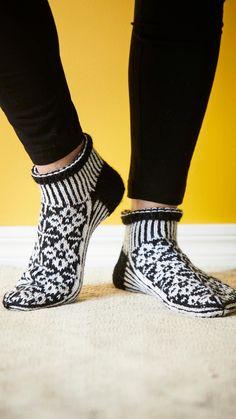 Lyhytvartiset kirjoneulesukat – katso ohje! | Meillä kotona Knitting Socks, Knit Crochet, Knitting Patterns, Booty, Shoes, Knits, Crocheting, Diy, Fashion