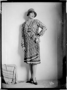 Description: Dame in einem knielangen Wickelkleid, einen Hut tragend Creator: D'Ora-Benda, Atelier Date: 1928-04-24