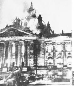 Mit dem brennenden Reichstag ging nicht nur das Symbol des Parlamentarismus in Flammen auf, auch die Weimarer Republik war verglommen. Seit einem Monat war Adolf Hitler Kanzler. Trotz Minderheit im Parlament ist er neben Reichspräsident Paul von Hindenburg der wichtigste Mann im Staat. Die Vorbereit