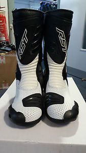 rst r 16 bota de moto deporte blanco talla 43 9 leve fabrica de segundo - Categoria: Avisos Clasificados Gratis  Estado del Producto: Nuevo con defectosRST R16 Motorcycle Sports Boot White Size 43 9 Slight Factory SecondRRP A10999This pair only A74Front expansion panel looks a little yellow and the rear heel cup leather join is a little messy, but neither issue affects the boot performance See Photo'sAll the items we sell on eBay are available to view at our large clothing store just off the…