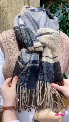 How To Wear A Blanket Scarf, Ways To Wear A Scarf, Diy Scarf, How To Wear Scarves, Scarf Wearing Styles, Scarf Styles, Hooded Scarf Pattern, Hooded Cowl, Hoodie Pattern