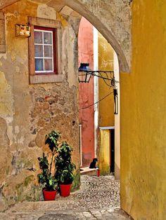 Um lindo e colorido beco de Sintra, Portugal