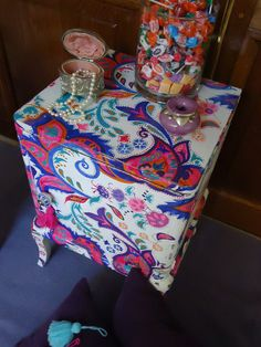 MESA DE LUZ FRANCESA PINTADA A MANO Painted Chairs, Hand Painted Furniture, Funky Furniture, Refurbished Furniture, Art Furniture, Furniture Making, Furniture Makeover, Reunion Centerpieces, Paisley Design
