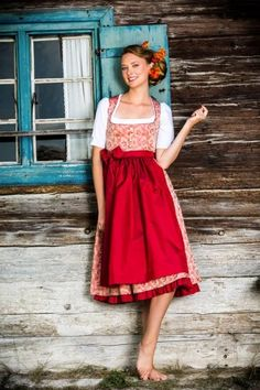 Die Rocklänge der Dirndl ist ca. 70 cm, preislich liegen Trentini Dirndl etwa zwischen 400,- und 800,- Euro, je nach Ausfertigung und Material Folk Fashion, Cute Fashion, Womens Fashion, Julia Trentini, Dirndl Dress, Barefoot Girls, German Fashion, Maid Dress, Sweet Dress