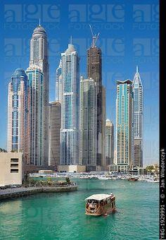 Dubai Marina, vista al puerto de yates y la princesa de la torre, la highiest edificio residencial en el mundo, Dubai, Emiratos Árabes Unidos