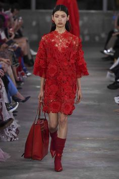 Valentino Pre-Fall 2019 Fashion Show Collection: See the complete Valentino Pre-Fall 2019 collection. Look 7 Women's Runway Fashion, Fashion Week, High Fashion, 50 Fashion, Fashion Styles, Valentino Dress, Valentino Women, Style Haute Couture, Mode Simple