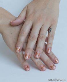 Unha decorada gráfica também pode ser glamourosa! Siga o passo a passo e aprenda a criar a nail art com brilho discreto