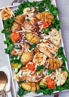 Hasselback potatoes with roasted vegetables, chicken and grilled paprika cream - Grillen Styla Veggie Recipes, Vegetarian Recipes, Cooking Recipes, Healthy Recipes, Dinner Is Served, Grilled Vegetables, Summer Recipes, Food Inspiration, Love Food