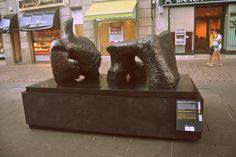 """Figura reclinada en dos piezas (Henry Moore) """"Arte en la Calle"""" C/Valentín Sanz (hasta el 1/12/13)"""