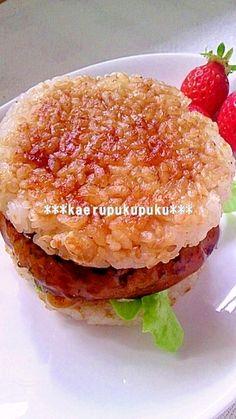 「ライスバーガー・バンズ」シルバーダラーパンケーキパンを使用すると、綺麗なライスバンズが出来ます(^^)同じくパンケーキパンで焼いた豆腐ハンバーグを挟んでみました!【楽天レシピ】