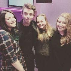 Nathan com fãs durante sua radio tour na Inglaterra. https://instagram.com/p/26JxspTQpb/  (20 mai.)