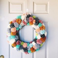 what a stress relieving wreath! i dont want to make anymore pom poms for a long time! thanks for the inspiration @emfillerup